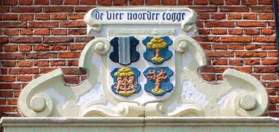 Het wapen van de Vier Noorder Koggen boven de ingang van het Koggehuis (1613) aan de Nieuwstraat ...